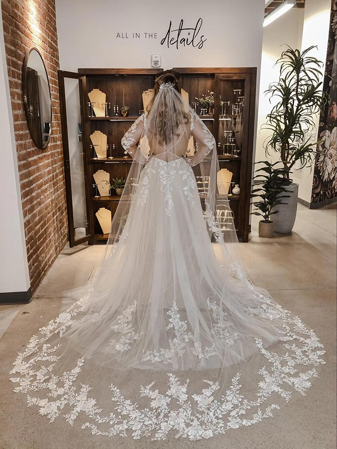 Long wedding veil with lace details, AVL0045