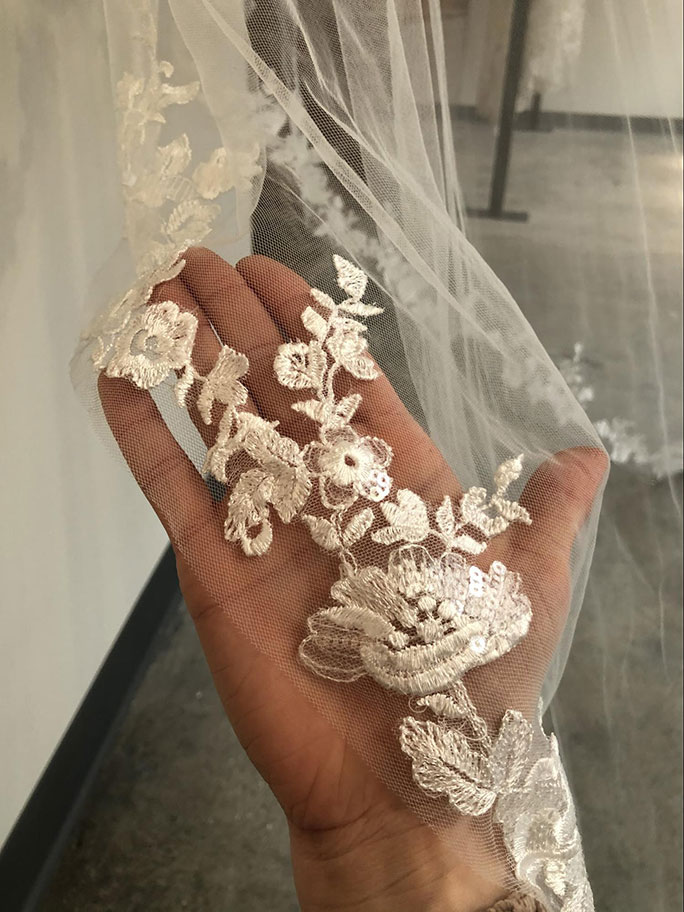 Lace details on veil AVL2505 by Essense of Australia